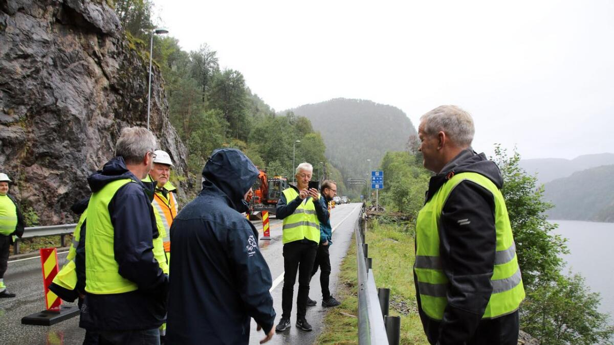 Nils T. Bjørke (t.h.), her i samband med rasproblema på Bolstad, stiller spørsmål til Jon Georg Dale om den siste K5-utviklinga.
