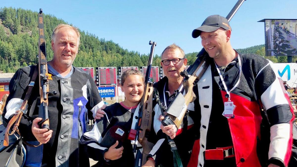 En  lykkelig  Silje Metveit er her omringet av Svein Haugebo, Anders Metveit og Eivind Igland etter feltfinalen på Evje fredag.