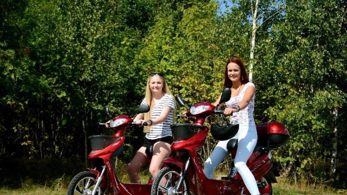 Hedda Andersen og Mathilda Langburne synest det er bra at ein kan køyre el-sykkel før ein blir gamal nok til å ta mopedsertifikatet. Likevel har dei opplevd at nokon ikkje veit korleis ein skal oppføre seg i trafikken, og trur eit kurs kunne vore nyttig.