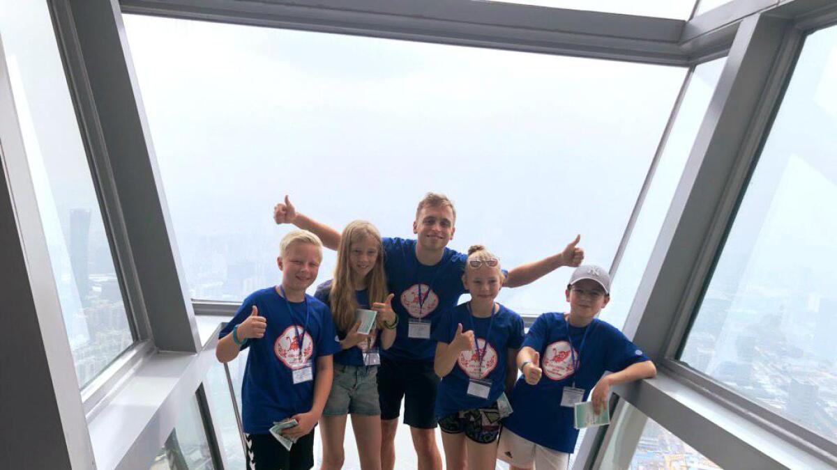Dei var meir enn 600 meter over bakken i Canton Tower i Guangzhou. Frå venstre Ludvik Flatabø Thrane, Ingrid Næss Lunde, leiaren Harald Knapstad, Agnes Gilbakken og Joel Høgberg frå Bergen.