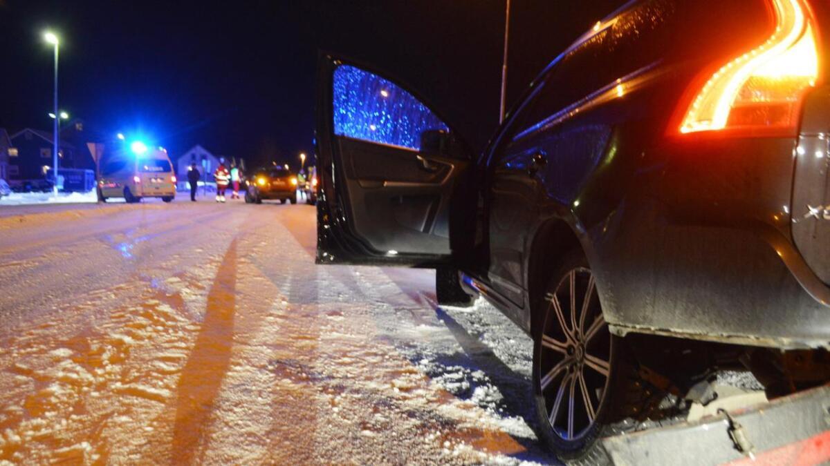Kollisjonen skjedde  i krysset fv 82 og Skarveien. Fylkesveien ble midlertidig stengt, med omkjøring gjennom Markedsgata.