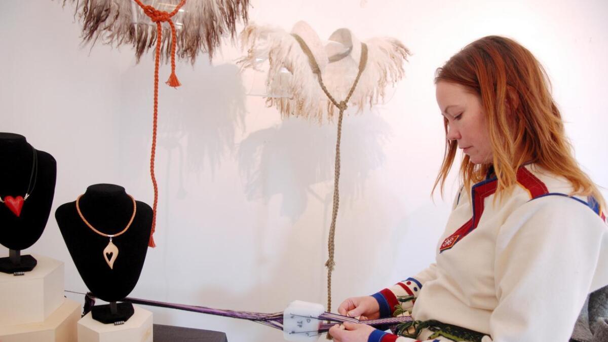 Lone Amundsen demonstrerte bruk av brikkevev under utstillinga i Kunstnerhuset. – Det er denne teknikken jeg har brukt blant annet på vikingkragene mine. Det kan gjøres enkelt eller komplisert, og jeg kjører kurs i teknikken, forteller Lone. (Alle