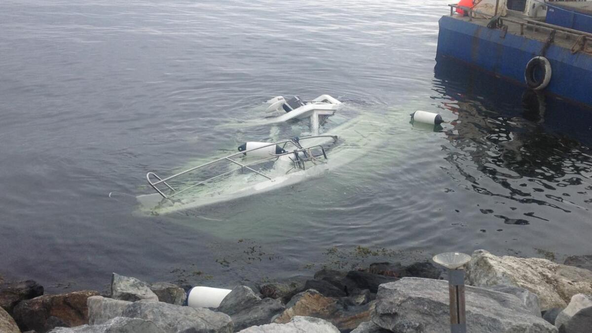 Ved en molo i Trolldalen i Bamble ble denne båten funnet drivende under vann.