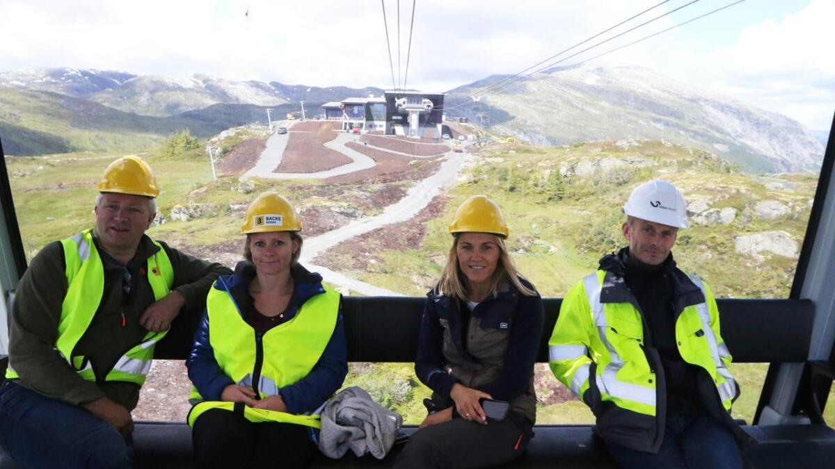 Sigbjørn Sletten, Anna Bryn, Synva Vinje og Øyvind Wæhle, alle frå Voss Resort, køyrer i ei av dei nye vognene frå toppen av Hangur.