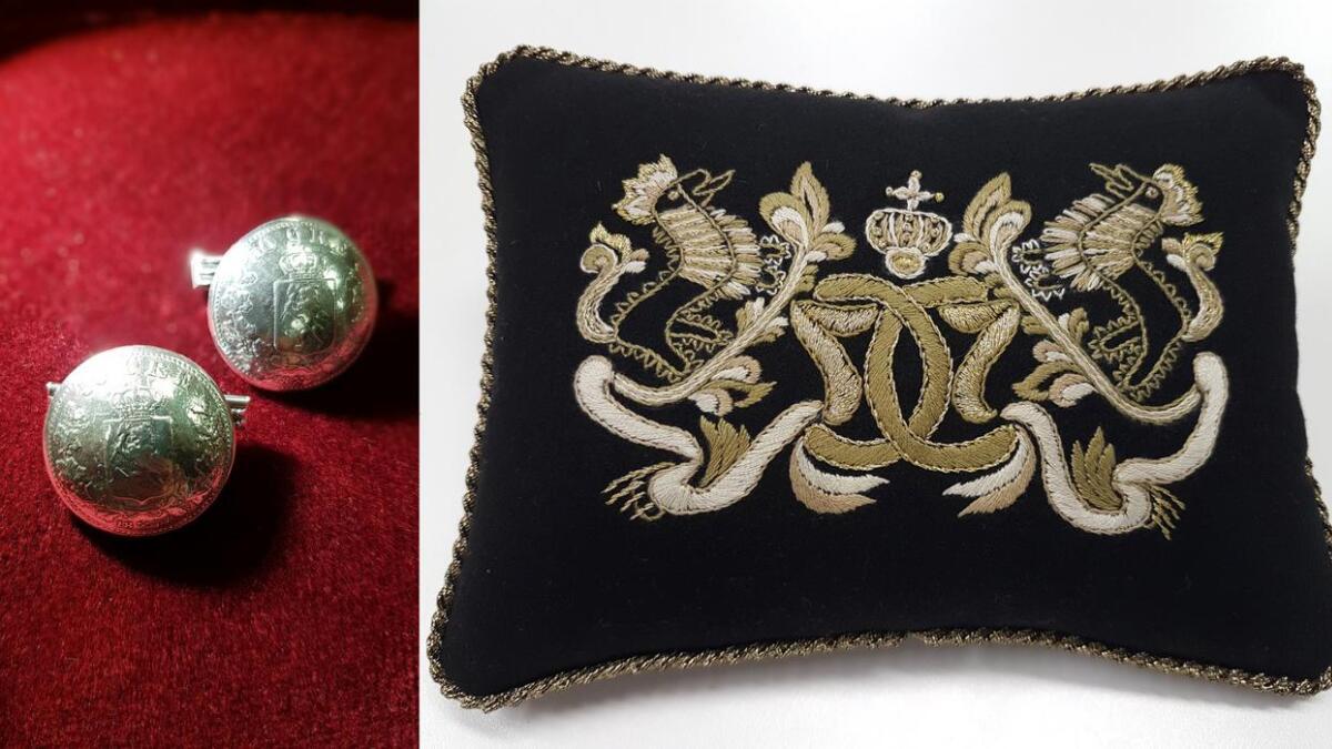 Kong Harald fekk fyrsteutgåva av mansjettknappar som Almankås har fått utvikla. Dronninga fekk overrekt ei nålepute med monogram, etter modell frå eit forkle til ein gamal bunad frå Hjartdal.