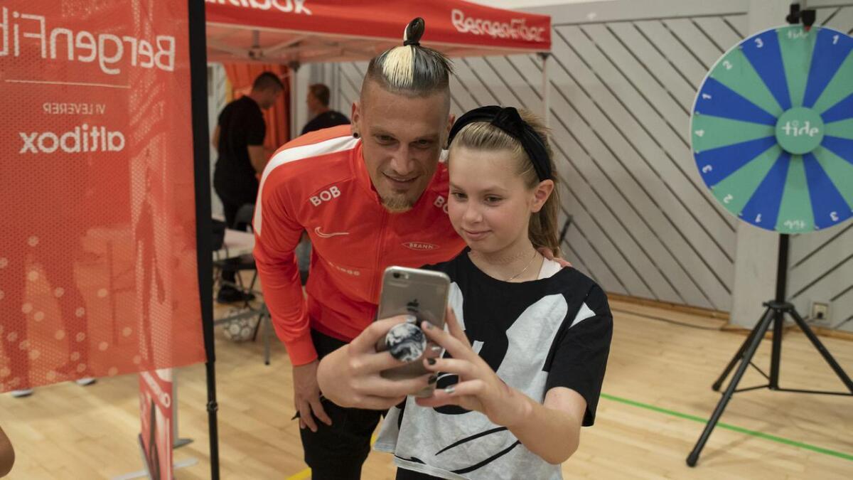 Maria Hansen fekk autografen til favoritt-Brann-spelaren sin, Vito Wormgoor, då nokre av spelarane vitja Oshallen under Brannturneen onsdag kveld.