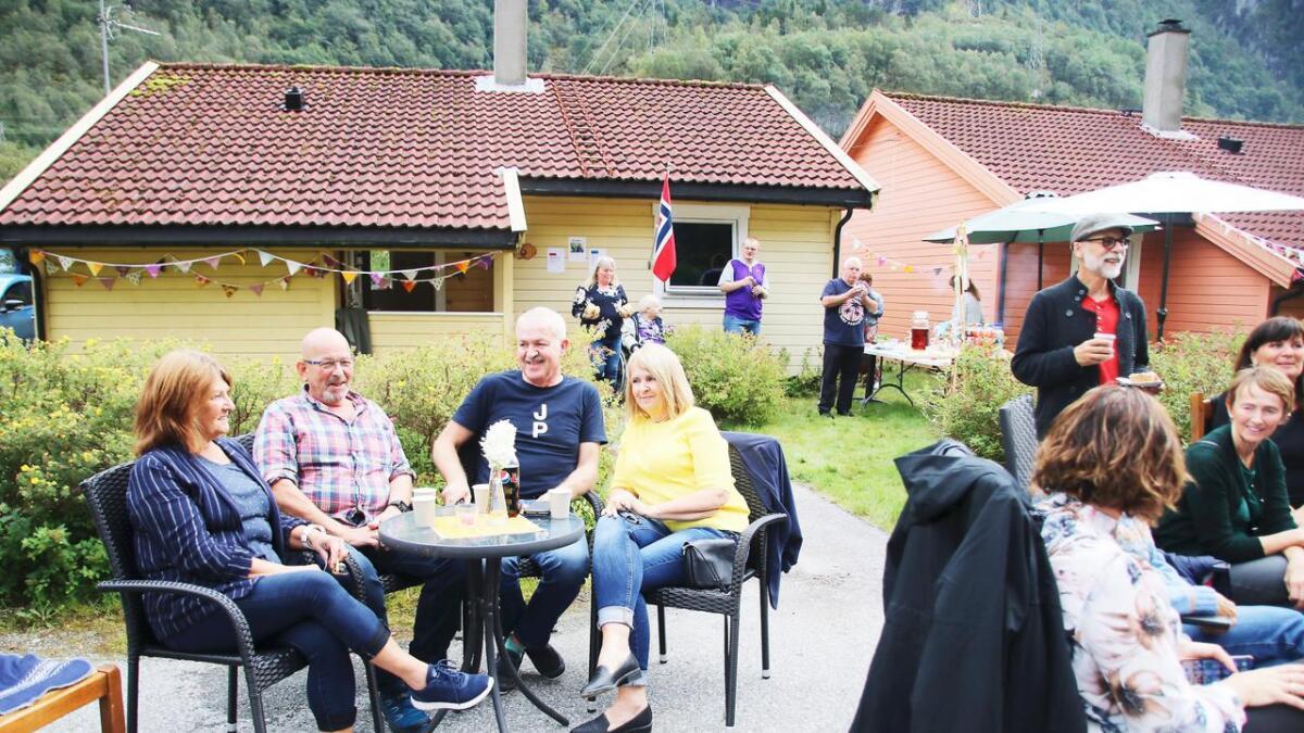 Folk kosa seg i finvêret i Elvevegen. Frå venstre med «nabobordet» Anne-Marie Auro, Kåre Berge, Ole Knut og Sigrunn Beate Olsen.