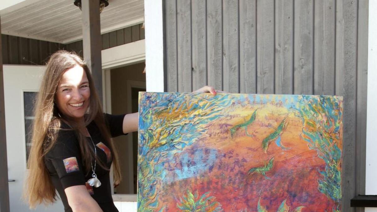 I september reiser Anita til Monaco med bildet «Desert colors», som hun også har fått trykket på antrekket for anledningen.