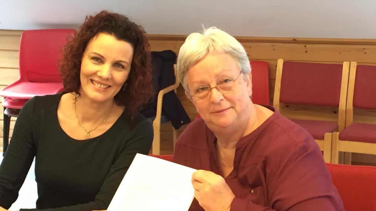 Her har Iveland-ordfører Gro Anita Mykjåland og Vennesla-ordfører Torhild Bransdal akkurat signert intensjonsavtalen om kommunesammenslåing.