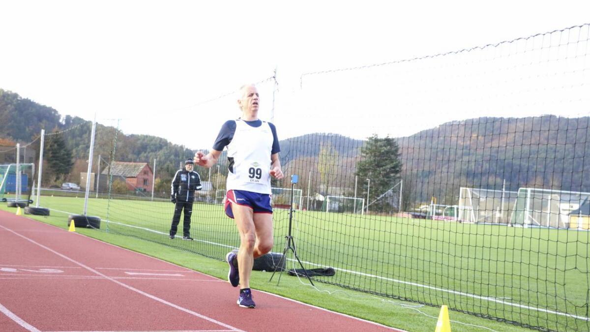 Arild Fotland kom på tredjeplass av utøvarane som fullførte 10.000 meter kappgang på Kuventræ i føremiddag, men sette ein solid rekord i 60-årsklassen.