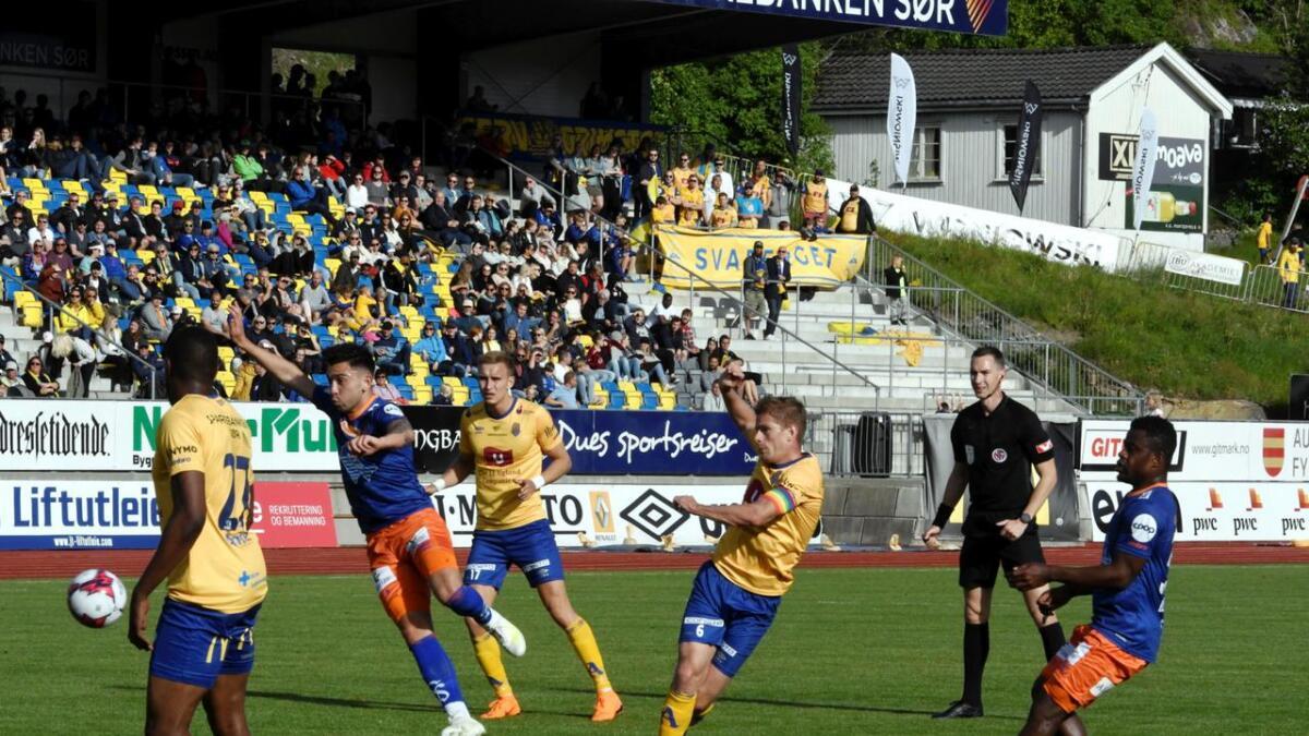 Mathias Wichmann ble kåret til Jervs beste spiller av en lokal jury foran over 1.800 i «folkets kamp» med gratis inngang mot Aalesund. Her forsøker dansken et skudd som Aalesund-målvakten fanget greit.