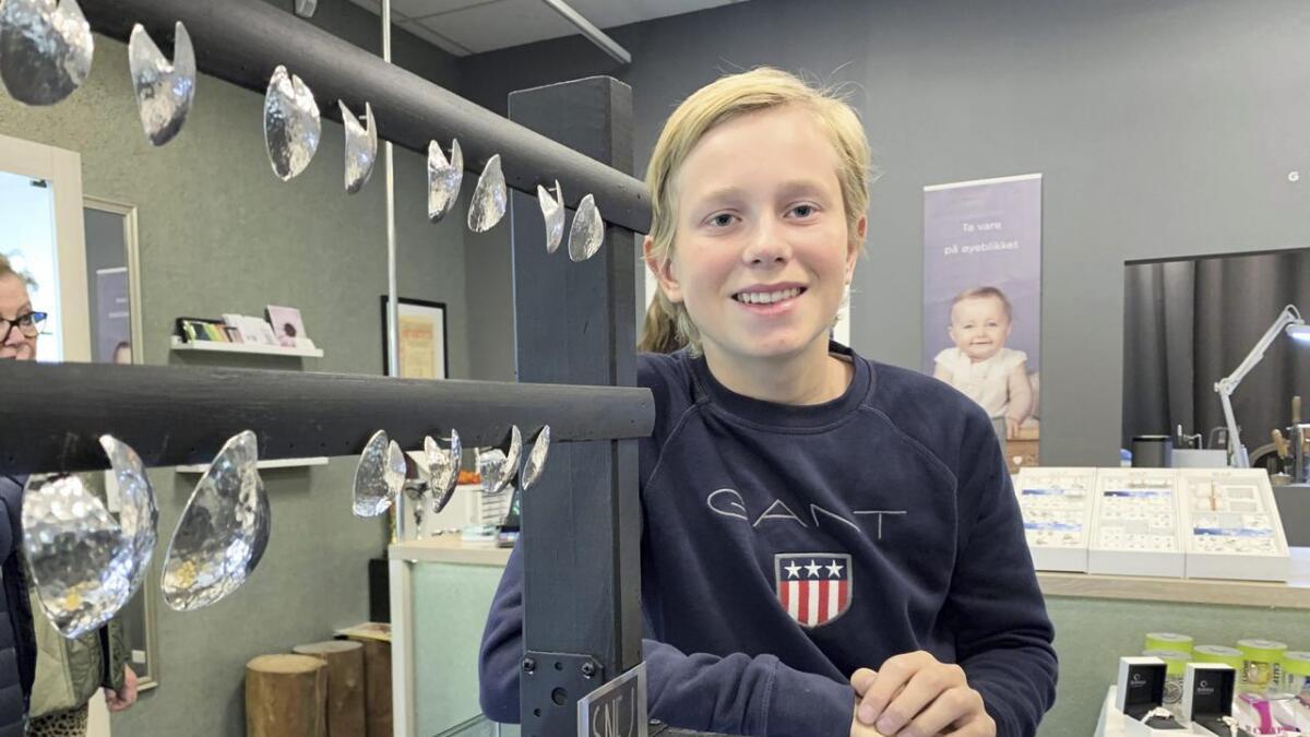 Jens Nesse (13) har akkurat lansert sin eigen kolleksjon. Her har han brukt gamle sølvskeier, som er laga om til øyrepynt.
