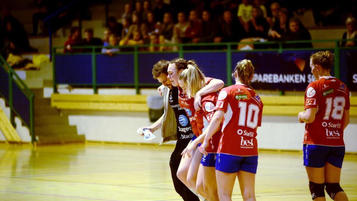 Cecilie Løvdal måtte få hjelp til å komme seg av parketten i Kragerøhallen