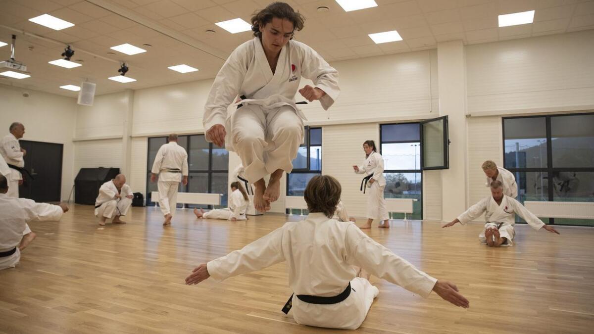 Fusa karateklubb feirar 20-årsjubileum med ei heil veke med trening, med celebert besøk frå Japan og leiar i den norske karateforeninga, Geir Arild Larsen. Sistnemte fekk Håkon Horne til å henta ut all spensten i ei særs krevjande øving.