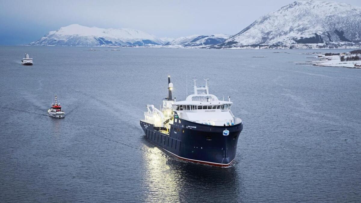 Brønnbåten Ronia Diamond på vei inn til Sortland, eskortert av RS Knut Hoem.