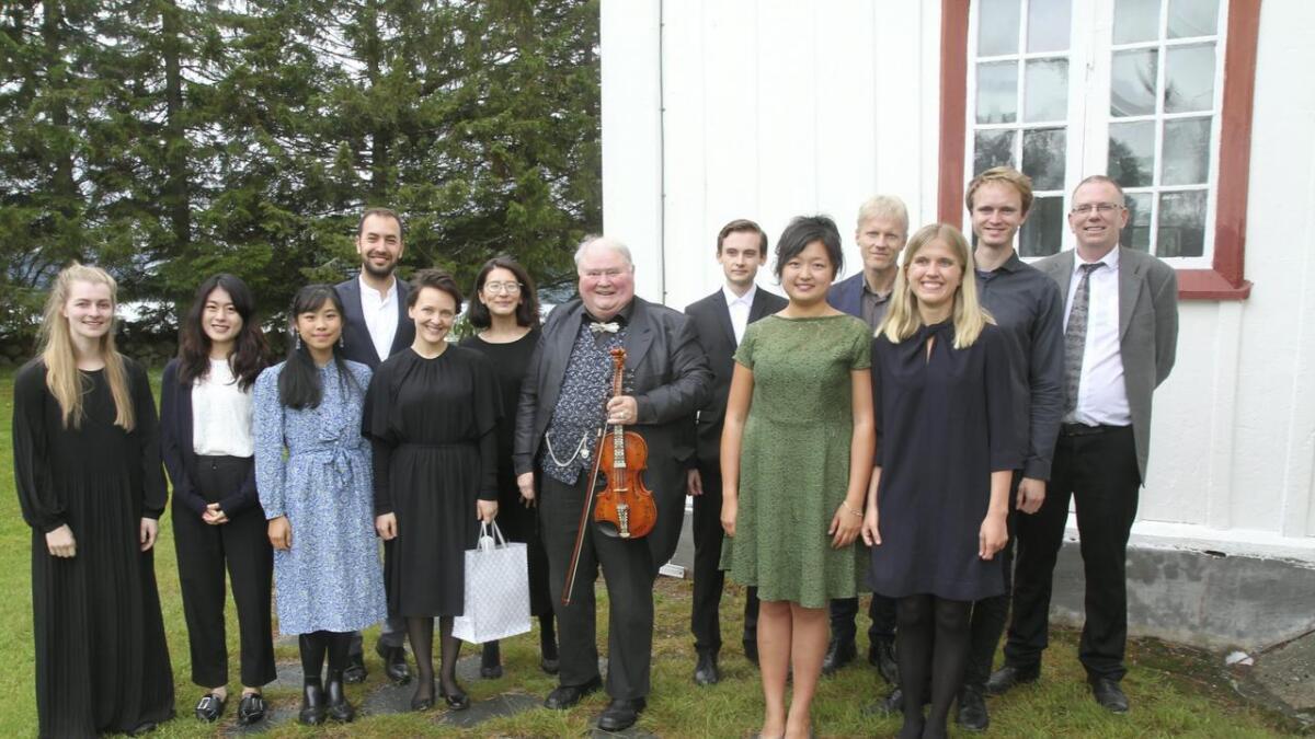 Knut Buen med dei elleve pianistane som spela på klaver. Kjetil Bergheim er òg med.