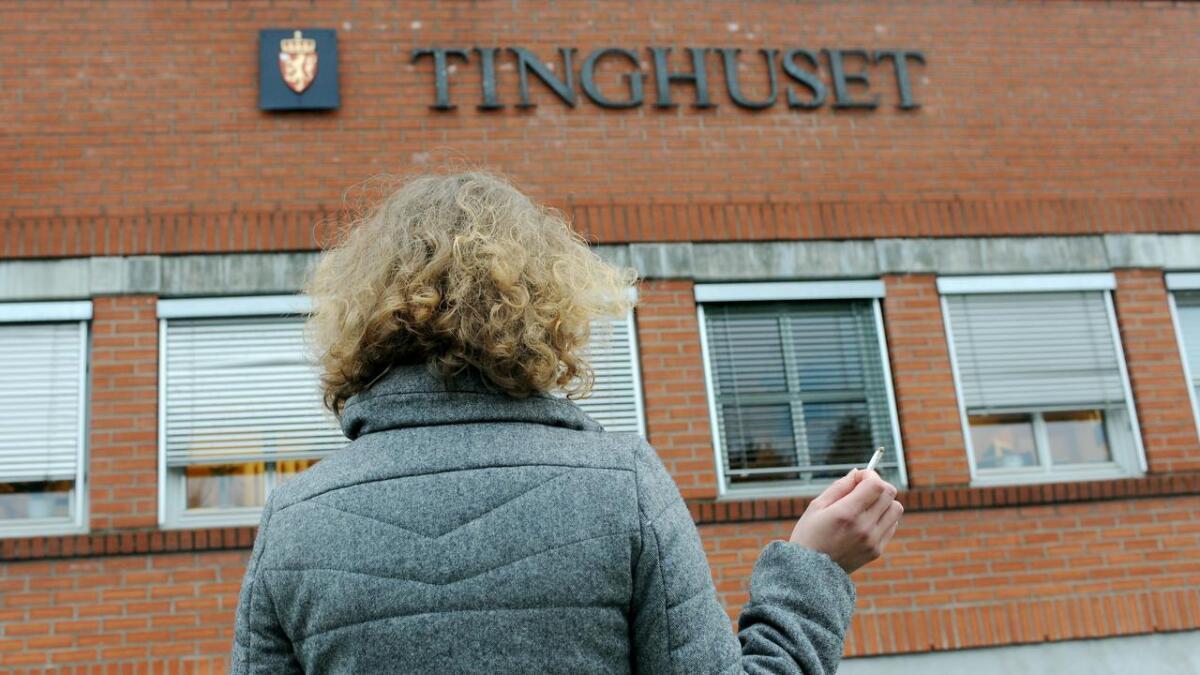 Camilla (30) fra Skien ble dømt til 7.000 kr i bot for å røyke på flyet.