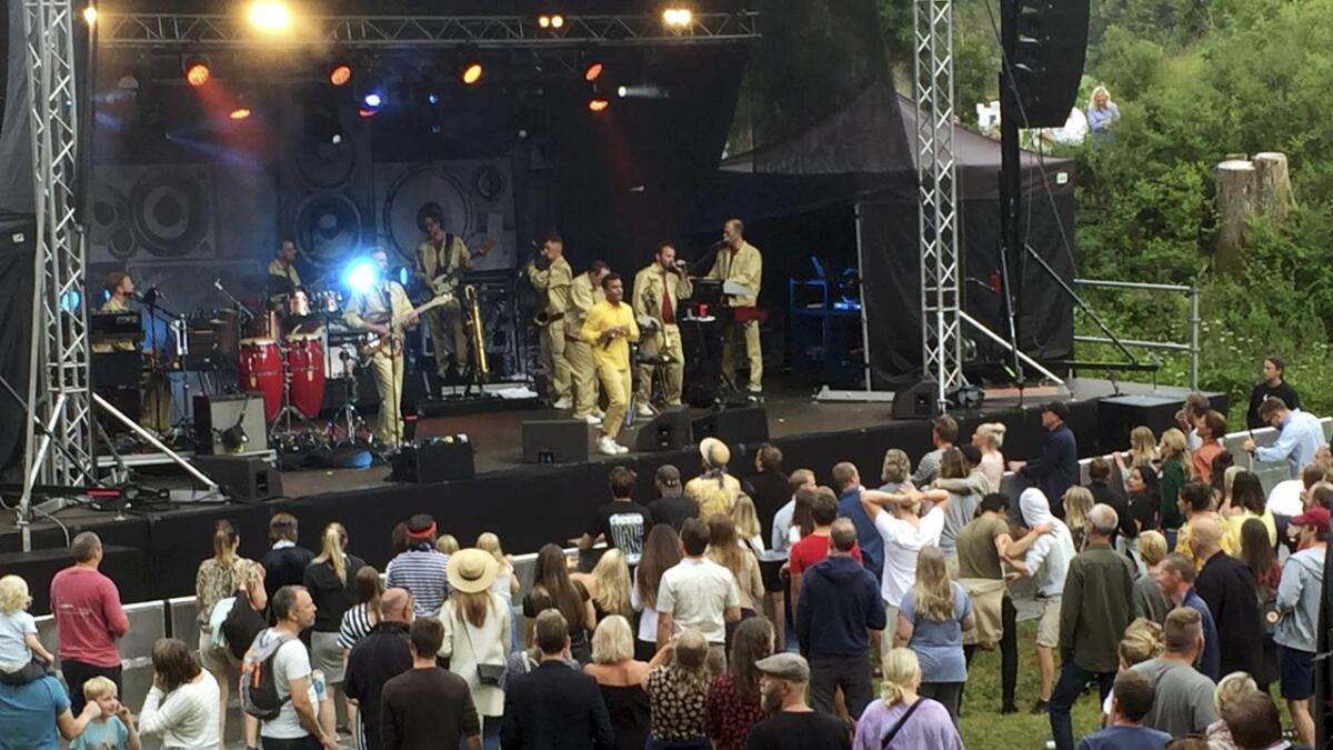 Svenske Timbuktu ankom med 16 personer som laget full fest på scenen på Furøya i forbindelse med Kystkulturukas 30-årsjubileum.