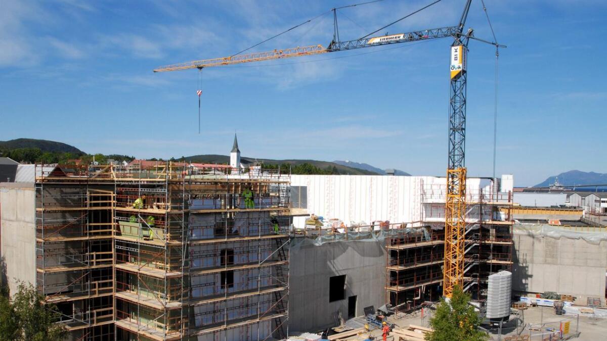 Sortland kommune satte i gang med bygging av Kulturfabrikken, uten noen garanti for at Hermetikken AS/Blåbyen Invest AS kunne realisere hotellet – som skulle være ei forutsetning. Her fra byggeprosjektet i juni 2013. (Arkiv