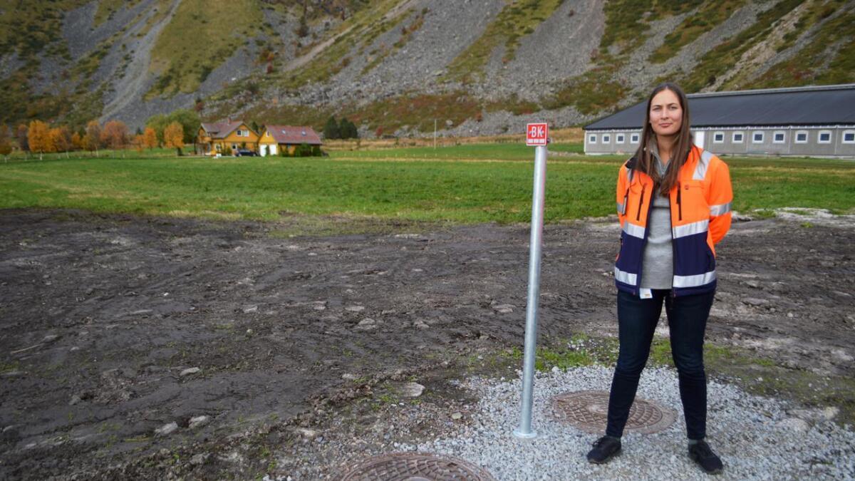 Prosjektingeniør Sigrid Moe fra Hadsel kommune står ved kummene på Hokland, ved enden av 3,1 kilometer ny vannledning som gir kommunal vannforsyning til 20 husstander og bedrifter på yttersida av Hadseløya, inkludert Vesterålens største melkefjøs.