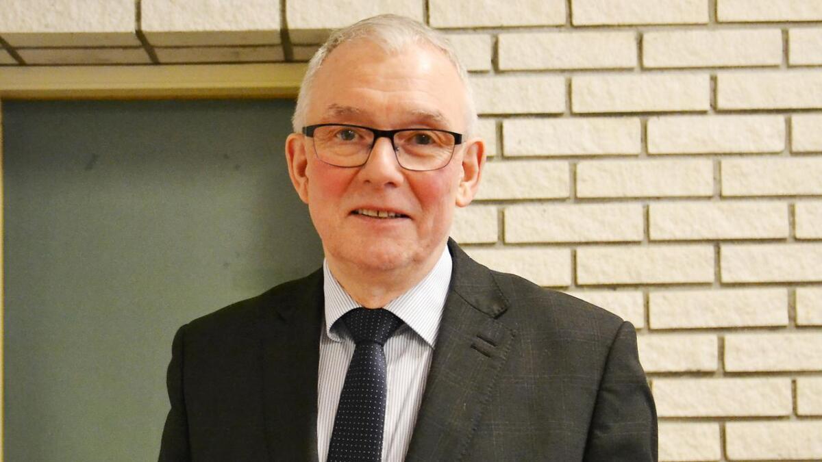 Andøy-ordfører Jonni Solsvik minnes avdøde Arne Andersen.