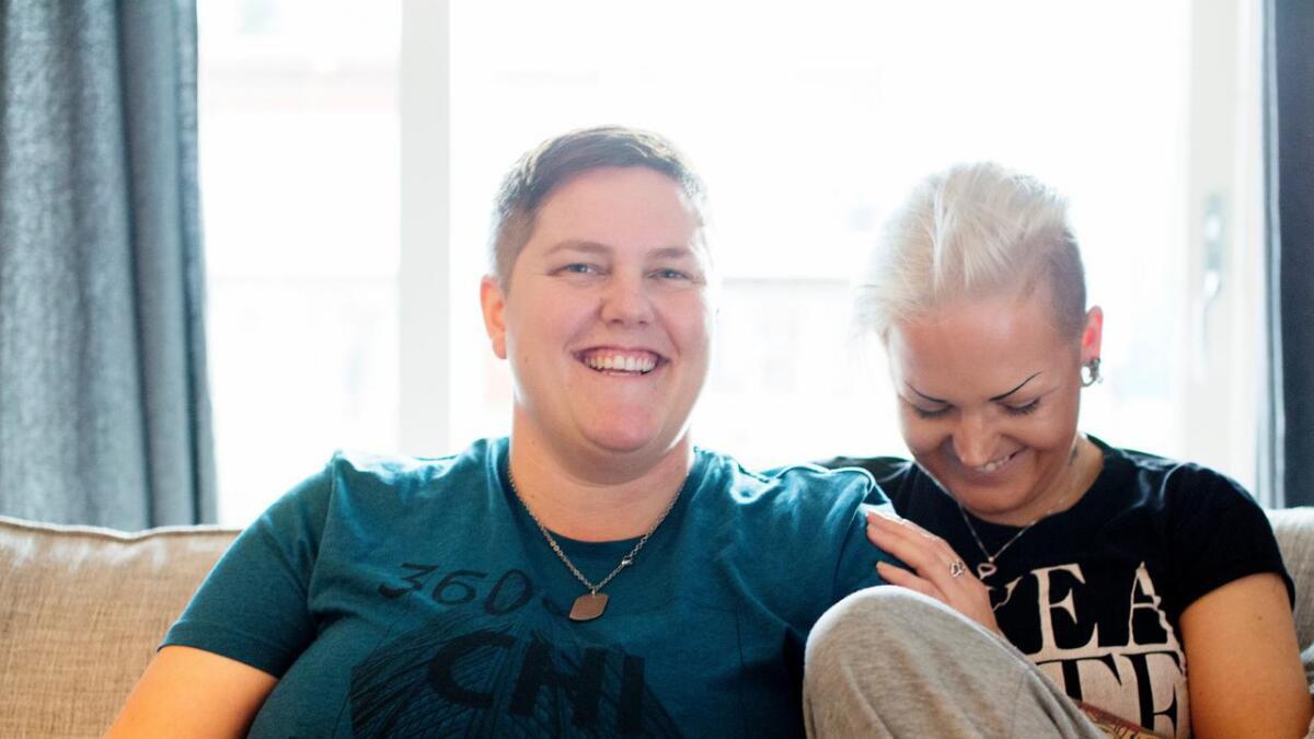 Monica Kristensen Landa (t.v.) og kona Anita Kristensen, då dei medverka i reportasjeserien #utavskapet i 2016.