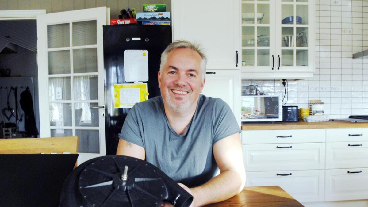Roy-Arne Breivik med tornado-pumpa på kjøkkenbordet.