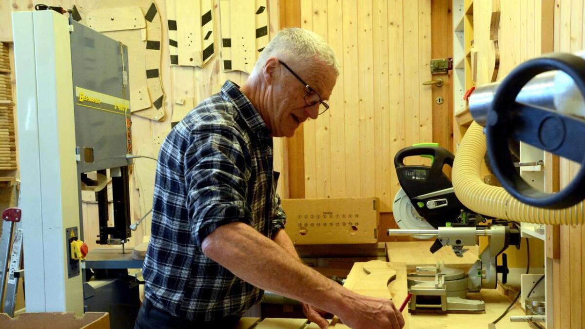 Håndverkeren er nøyaktig i sitt arbeid. Her tegner han opp, for så å frese ut riktig form.