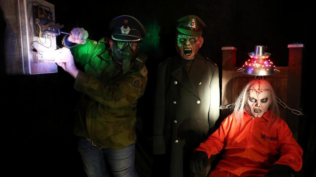 Helge Tverdal (f.v.) inviterer til Halloween hjemme i hagen. Her sammen med to av sønnene, Felix Julius             Tverdal (10) og Max James Tverdal (11). Alle
