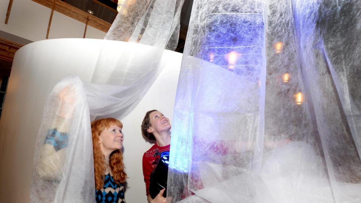 Scenekunstnerne Elisabet Hagli Aars (t.v) og Kristine Norberg får boltre seg på biblioteket med jodrbærduk som leder tankene tilbake til kuldegrader. Plussgrader til tross; Vinterfestival blir det.