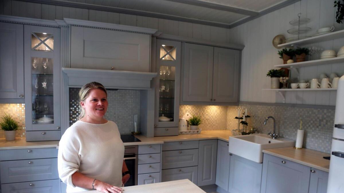 Anna Caroline har eit kjøkken i den landlege stilen. I tillegg har ho ei bu vegg i vegg, for matvarer og utstyr som treng meir plass.