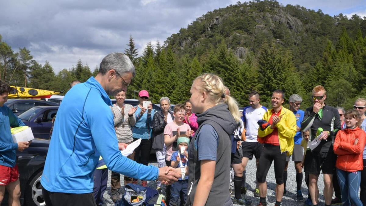 Vidar Sæverud gratulerte Nora Markhus med ny løyperekord i kvinneklassen.