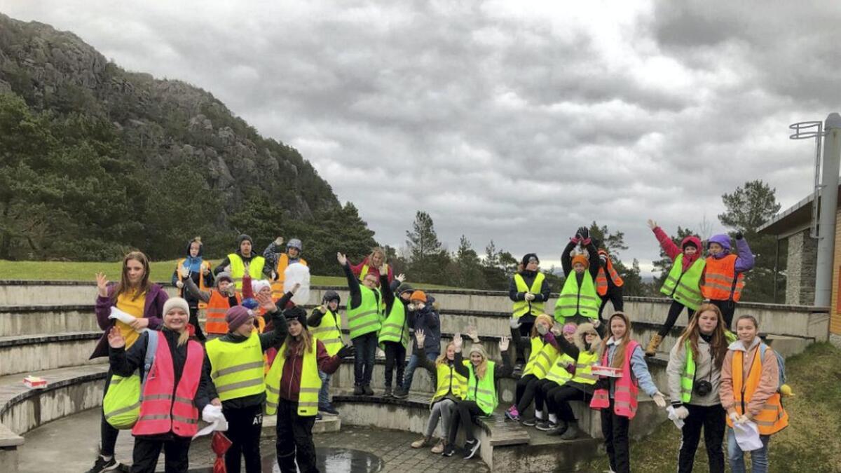 Om lag 30 elevar frå 5. til 7. klasse streika for å plukka bos langs vegen i Sagvåg.
