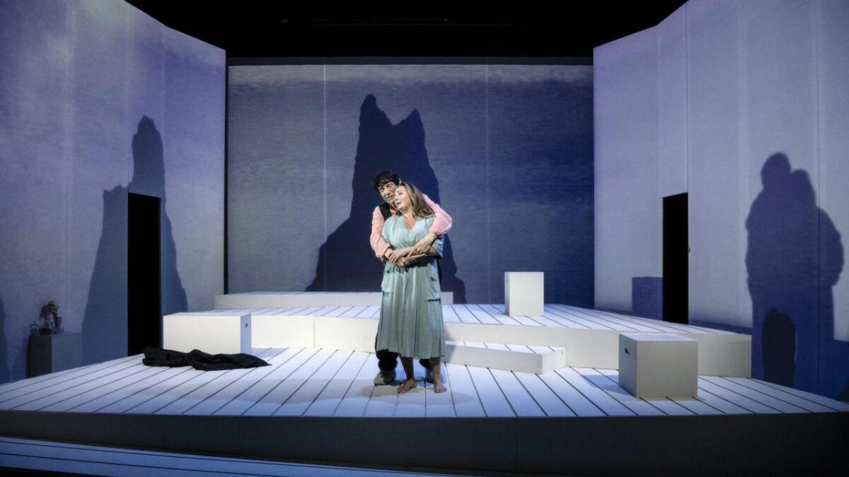 Søndag står Helge Jordal og Ragnhild Gulbrandsen på scena i kulturhuset med forestillinga Svar på brev frå Helga.