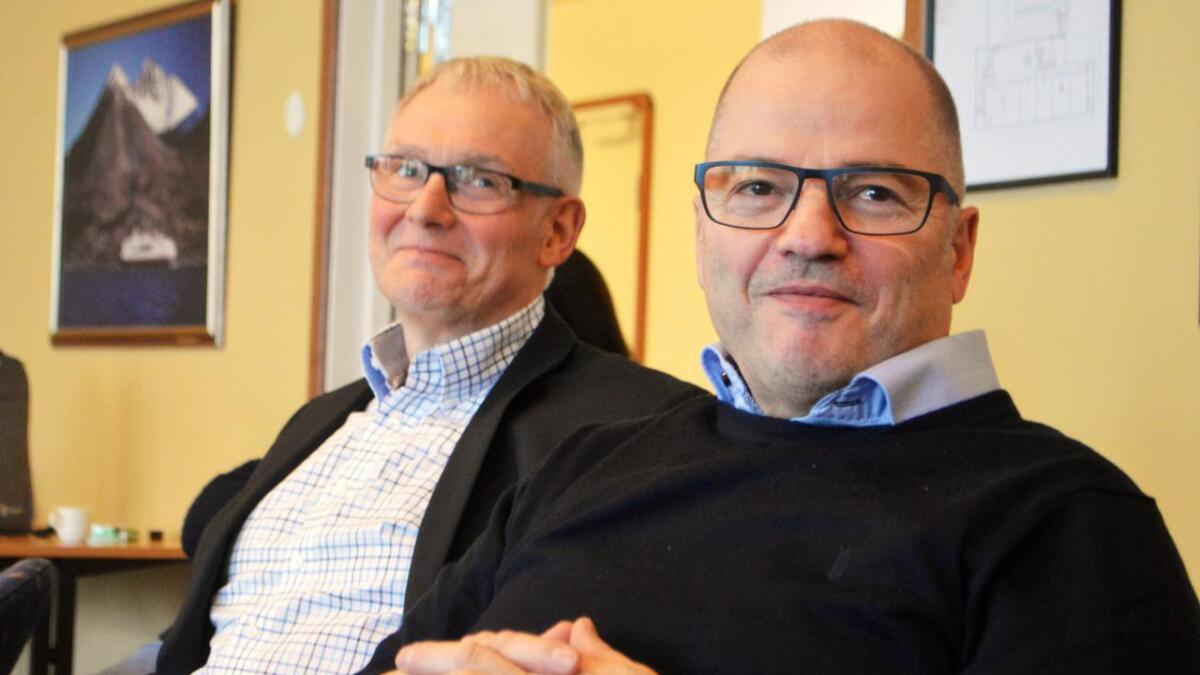 Odd Roger Enoksen (til høyre), fotografert tidligere i år. Bak ham sitter Jonni Solsvik, som på det tidspunktet var ordfører i Andøy.