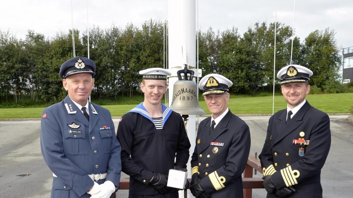 Håkon Rykkelid saman med Sjef RHT oberst Nils Frøisland (f.v.), sjef Sjøforsvaret kontreadmiral Nils Andreas Stensønes og Sjef KNM Harald Haarfagre kommandør Ronny Kristoffersen.Båe