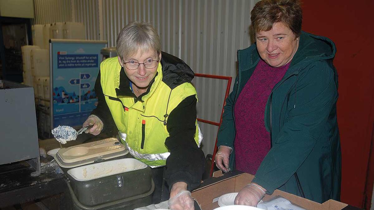 Inger Lise Hannås (t.v.) frå Esso-stasjonen og Solveig Kallhovd frå Dekkomsetning serverte velsmakande risgraut til over hundre frammøtte då julegrana vart tent i Dåsnes til stor jubel torsdagskvelden.