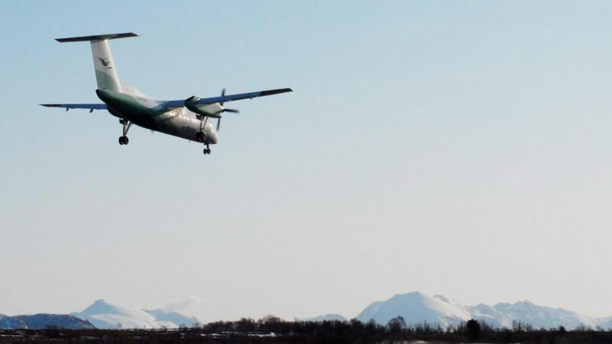 Fly fra Widerøe på tur inn mot landing på Skagen.