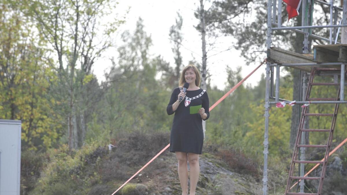 Vegårshei-ordfører Kirsten Helen Myren (Sp) var på plass for å dra i gang mesterskapet på Takserås torsdag.