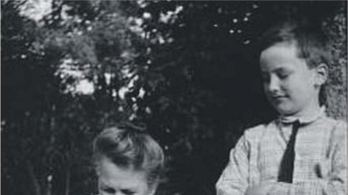 André Bjerke på besøk hjå mormora, Andrea Jacobine Ytterbø Jacobsen Svensson, som han var oppkalla etter.