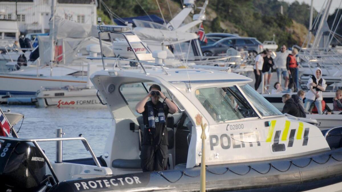 Politibåten var ute på kontroll i Grimstad torsdag kveld.