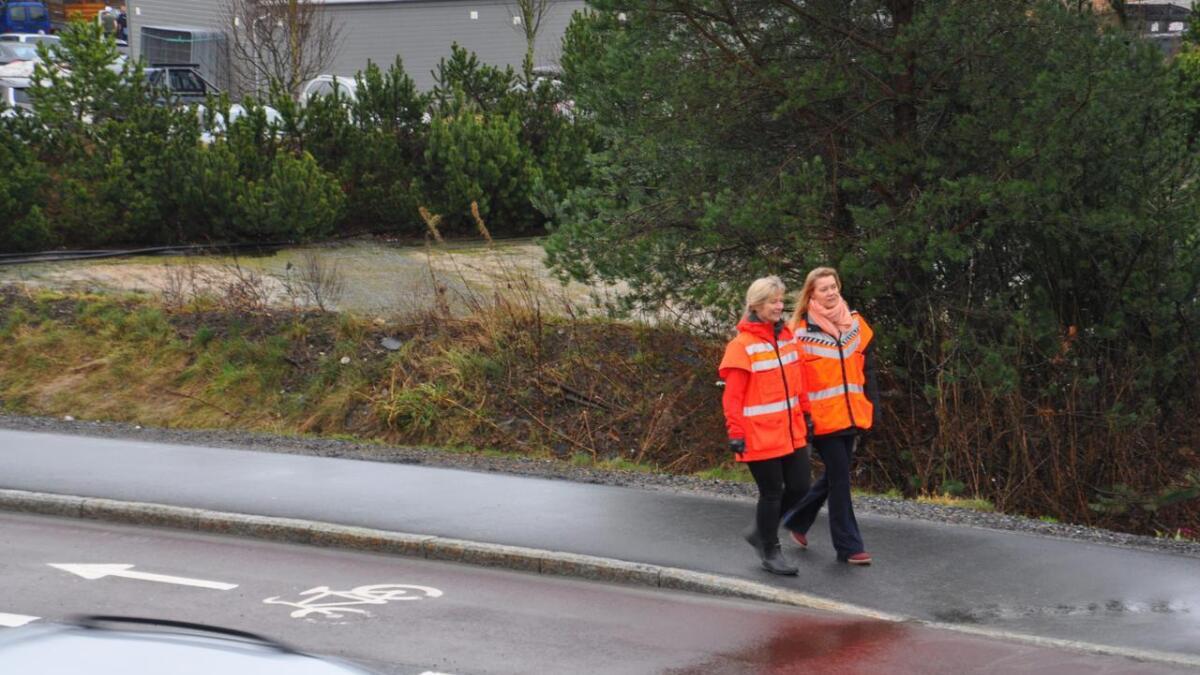 Den røde asfalten som markerer sykkelfeltet i Lillesandsveien har vært en suksess, mener Christine Mikkelsen.