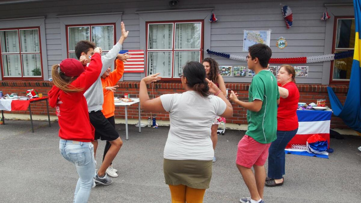 Både ungdommer og ledere henger seg med på dansen.