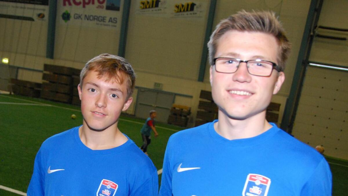 A-lagspillerne Johnny Fagerlirøen og Tobias Holdø Skog var blant trenerne.
