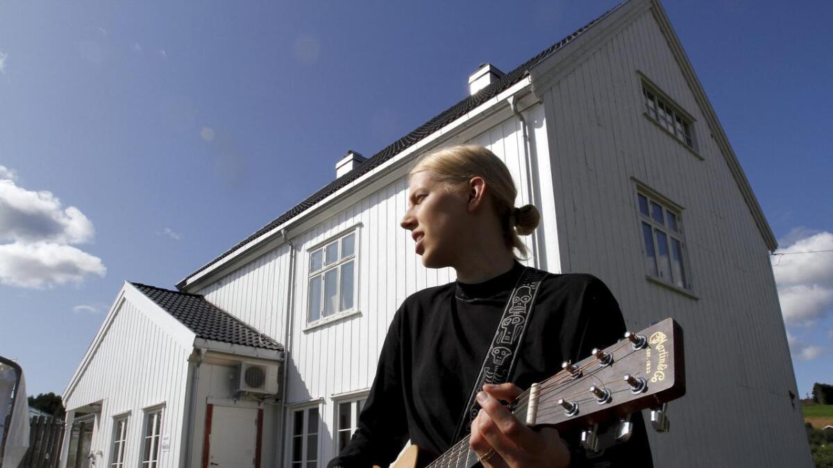 Anne Fagermo (21) fra Akkerhaugen slipper din debutlåt «She can't save you» på streamingtjenestene fredag denne uka. Her er hun på plass ved Akkerhaugen stasjon hvor hun har vært og fortsatt er en aktiv del av miljøet tilknyttet Akkerhaugen Rocksamfunn.