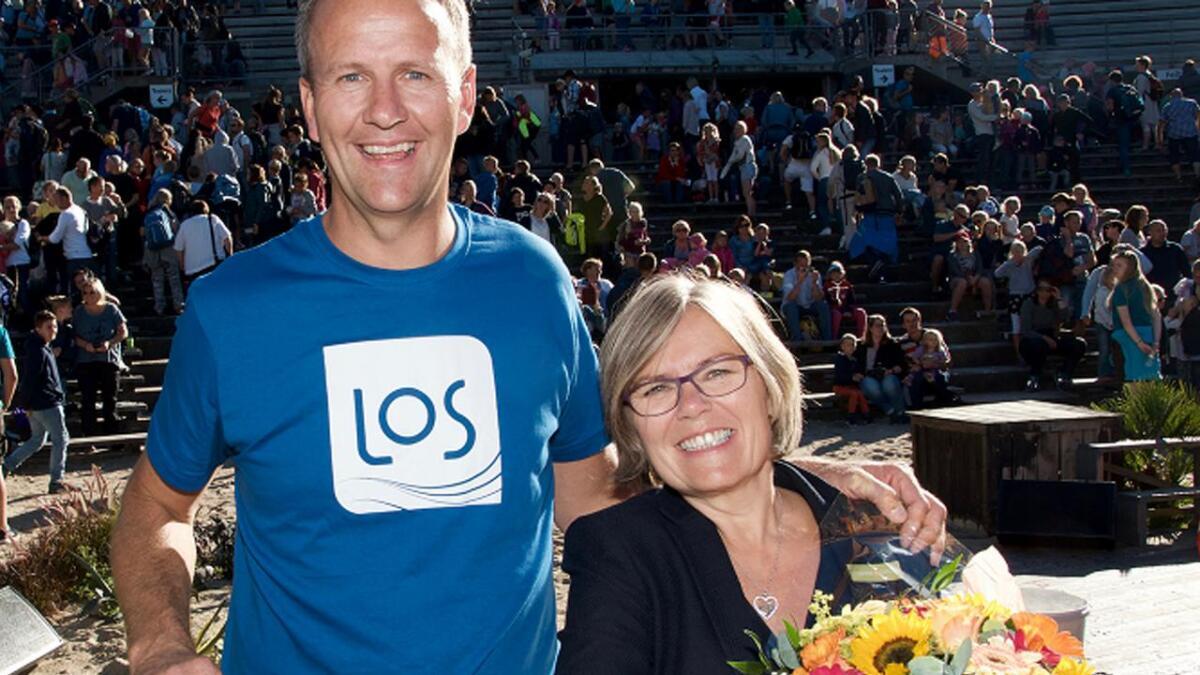 Ada Sofie Austegard fikk overrakt sjekken på 150.000 kroner fra Anders Gaudestad i LOS under finaleshowet i Dyreparken søndag.
