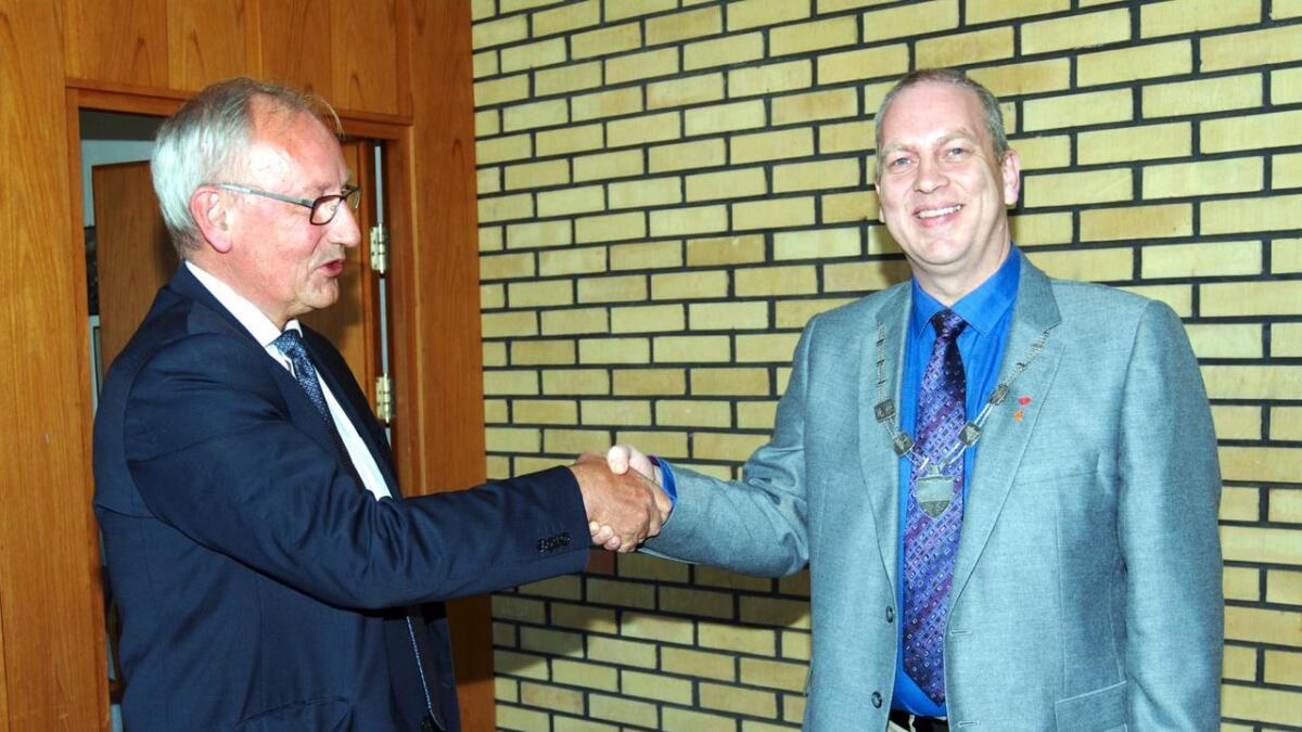 Hugo Jacobsen (Ap) fikk klokken 14.53 torsdag overlevert ordførerkjedet fra partikollega Atle Andersen. Jacobsen er Lødingens 44. ordfører siden kommunen ble opprettet i 1837.