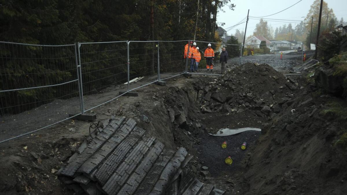 I dette hullet i Granvegen ble det funnet gammel, udetonert dynamitt fra 60-tallet.