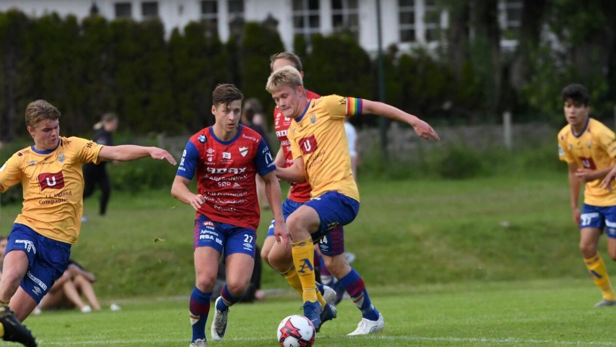 Halvor Hovstad (med kapteinsbindet) forlater Jerv. Han har fått svært lite spilletid i år. Her i kamp mot Express for Jervs andrelag for kort tid siden.
