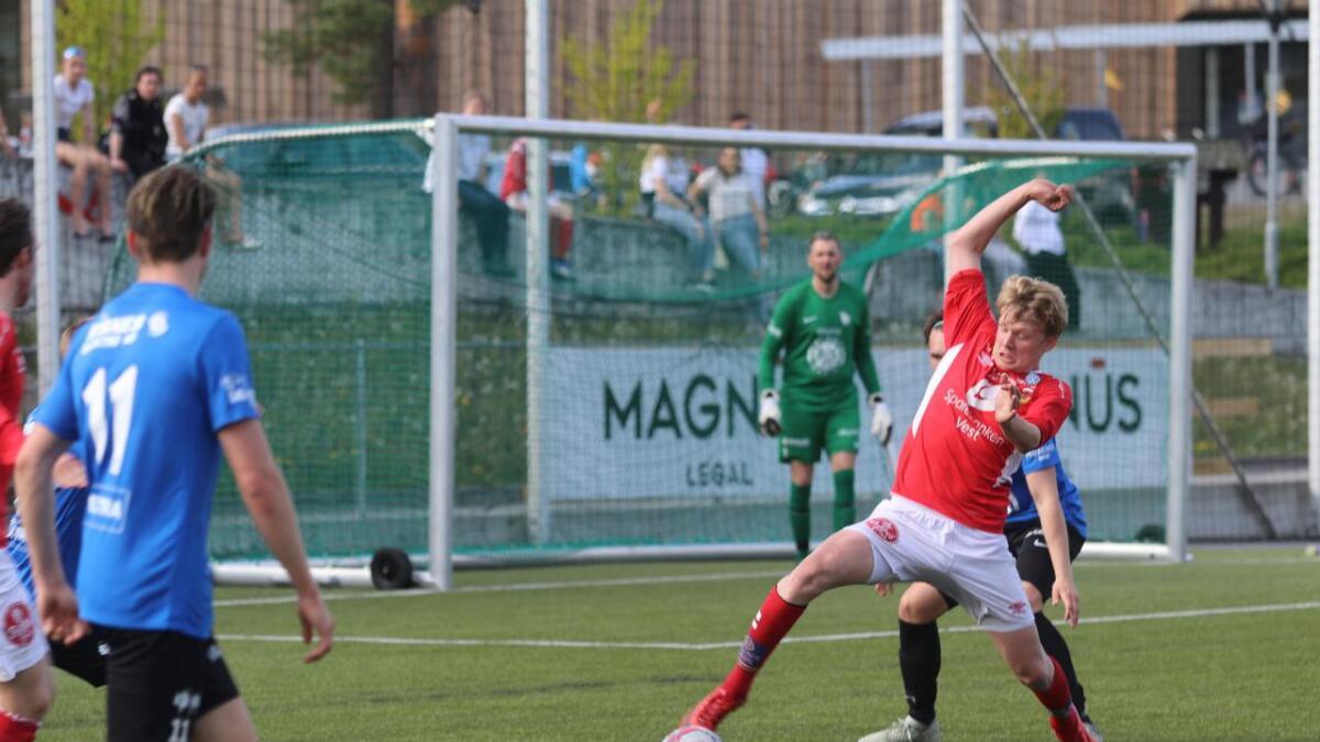 Vebjørn Eide skåra sigersmålet då Voss vann 1 - 0 borte mot Radøy laurdag ettermiddag. I vårkampen på Olabanen (biletet), skåra  Eide heile tre mål då Voss vann 7 - 2.